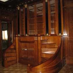 Книжный шкаф с подиумом